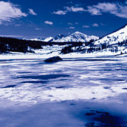 Lake in front of snowcapped mountains, Tioga Lake, Inyo National Forest, Eastern Sierra, Californian Sierra Nevada, California, USA