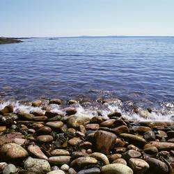 USA, Maine, Acadia National Park, Wonderland Trail, Sea waves hitting rocky beach