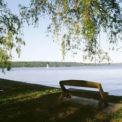 USA, New York, Finger Lakes region, Taughannock Falls State Park, Sailboat in Cayuga Lake