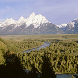 USA, Wyoming, Grand Teton National Park, Snake River passing through Teton Mountain range