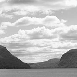 USA, Vermont, Mountain range along Lake Willoughby