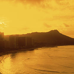 USA, Hawaii, Honolulu, Waikiki Beach, Sunrise view of city and beach